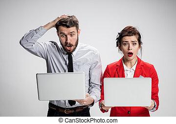 affärsman, laptops, bakgrund, affärskvinna, grå, meddela, ...