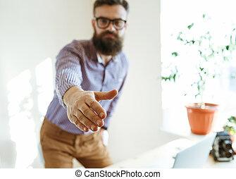affärsman, med, arm, vidgad, till, handslag