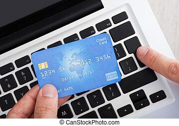 affärsman, med, kreditkort, bankrörelse direkt, på skrivbordet