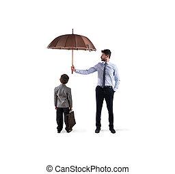 affärsman, med, paraply, det, skydda, a, child., begrepp, av, ung, ekonomi, och, start, skydd
