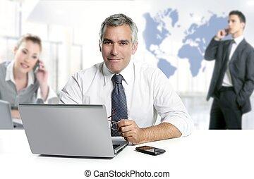 affärsman, senior, expertis, teamwork, världen kartlägger