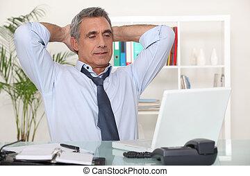 affärsman, skrivbord, hans, sträckande