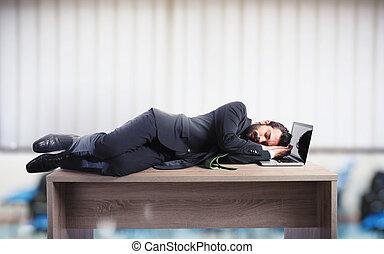 affärsman, sova, över, a, skrivbord, rakt, till, tröttköra