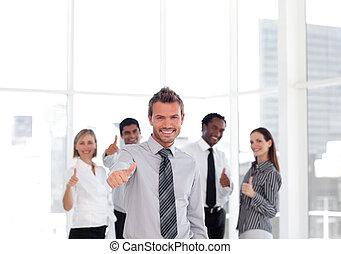 affärsman, thuumbs-up, lycklig, ung, stående