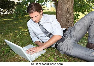 affärsman, utanför,  laptop, arbete