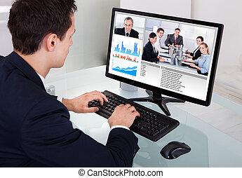 affärsman, video conferencing, med, lag, in, kontor