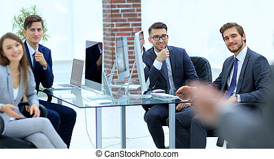 affärsverksamhet folk grupp, hos, a, möte, på, den, bakgrund, av, offic