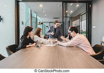 affärsverksamhet folk grupp, möte, in, a, möte rum, delning, deras, idéer, multi etniska