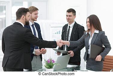affärsverksamhet kvinna, hälsa, den, anställd, med, a, handslag