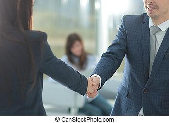 affärsverksamhet kvinna, hälsning, den, klient, med, a, handslag