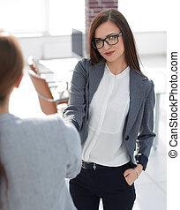 affärsverksamhet kvinna, möta, den, klient, med, a, handslag
