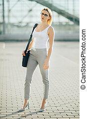 affärsverksamhet kvinna, stående, på streeten, hos, solnedgång