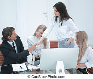 affärsverksamhet kvinna, välkommanden, den, klient, med, a, handslag