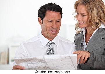 affärsverksamhet partner, tittande vid, den, konstruktion, plan