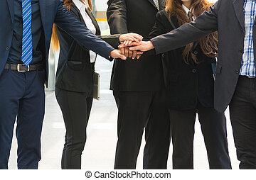 affaires asiatiques, équipe, projection, unité, à, leur, mains ensemble