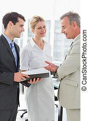affaires conversation, collègues, sourire, ensemble