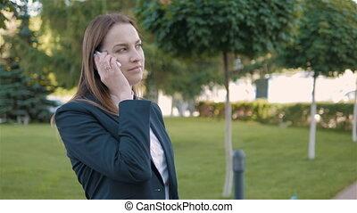 affaires femme, appel téléphonique, dehors, portrait, confection
