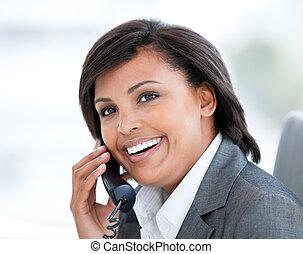 affaires femme, conversation, radiant, téléphone, portrait