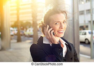 affaires femme, conversation, téléphone portable, sourire