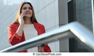 affaires femme, conversation, veste, téléphone, rouges