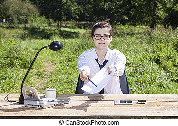affaires femme, donner, stylo, papier, sourire