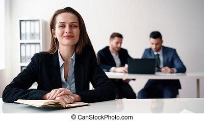 affaires femme, elle, séance, équipe bureau, sourire heureux