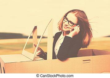 affaires femme, fait, voiture, concept., jouet, équitation, carton