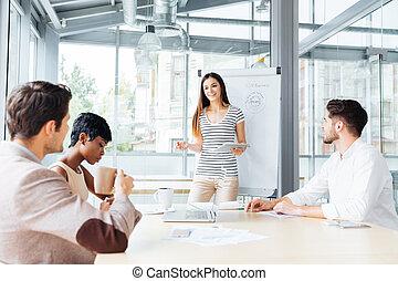 affaires femme, gens bureau, confection, sourire, présentation