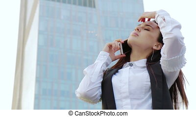 affaires femme, joyeusement, conversation, sur, téléphone