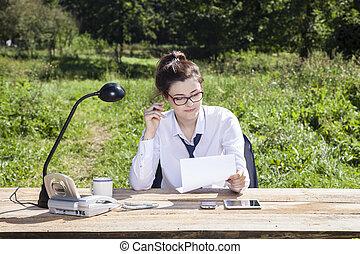 affaires femme, lire, il, contrat, signe, soigneusement, avant