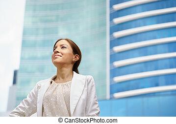 affaires femme, marche, bâtiment, bureau, ville, fier
