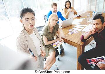 affaires femme, mener, jeune adulte, réunion équipe