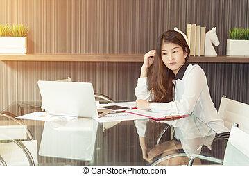 affaires femme, ordinateur portable, asiatique, accentué, utilisation