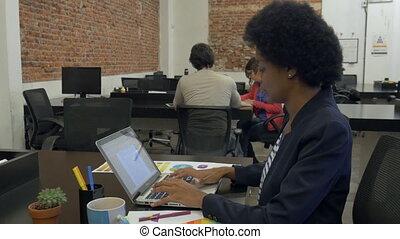 affaires femme, ordinateur portable, dactylographie, businesspeople, américain, informatique, africaine, utilisation