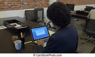 affaires femme, ordinateur portable, dactylographie, communiquer, américain, informatique, asiatique, africaine, utilisation, homme