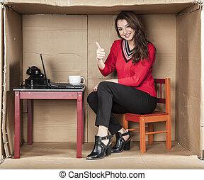 affaires femme, projection, haut, pouces, sourire