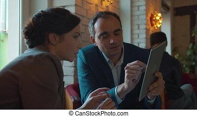 affaires femme, tablette, homme, parler, réunion