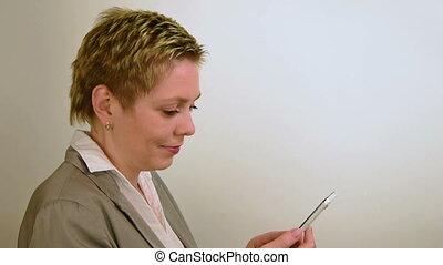 affaires femme, texting, cheveux, court, joli, message