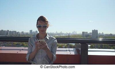 affaires femme, texting, jeune, balcony., message