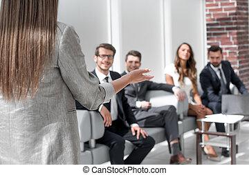 affaires femme, tient, équipe, briefing