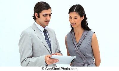 affaires gens, regarder, sourire, tablette, informatique