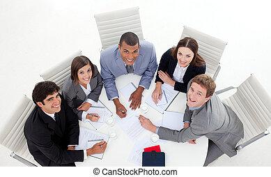 affaires gens, sourire, appareil photo, multi-ethnique, élevé, réunion, angle