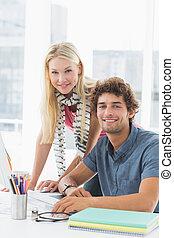 affaires occasionnelles, couple, utilisation ordinateur, dans, clair, bureau