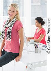 affaires occasionnelles, femme, à, collègue, utilisation ordinateur