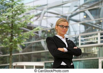 affaires sérieuses, femme, dans, lunettes, debout, dehors