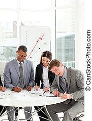 affaires sérieuses, gens, étudier, a, contrat