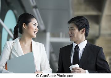 affari asiatici, colleghi, camminare, esterno, ufficio, &, parlando, ea