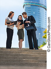 affari città, donna uomo, squadra, usando, tavoletta, computer