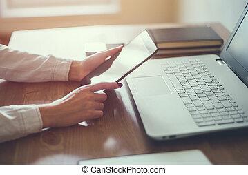 affari donna, lavorativo, legno, laptop, mano, desk., computer