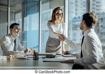 affari donna, nuovo, piacevole, mani, socio, tremante